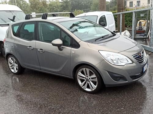 Auto Opel Meriva vyfocená v místě nákupu